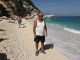 Spokojený táta na pláži Cala Mariolu